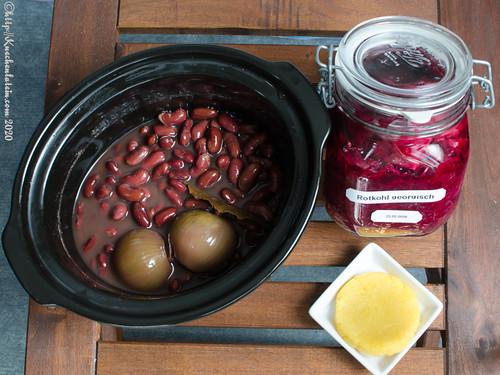 Georgischer Kidneybohneneintopf mit fermentiertem Rotkohl und Polentafladen