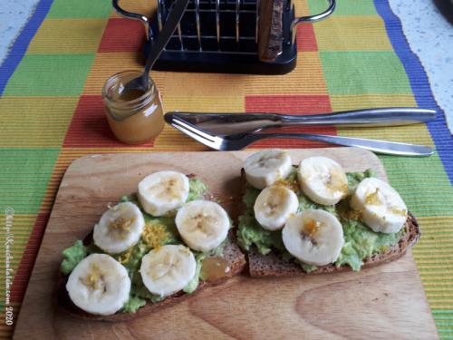 Avocado Tartine mit Banane und Zitrone