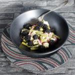 Sommerlicher Salat aus grünen Bohnen mit Blauschimmelkäse und Brombeeren