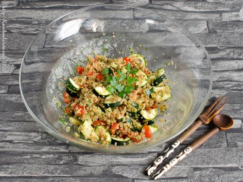 Quinoa mit Tomaten und Zucchini