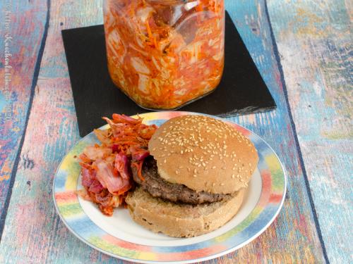 Burger mit Kimchi aus Chinakohl