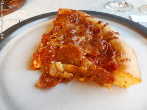 Pfannen-Pizza mit Tomaten, Chorizo und Mozzarella