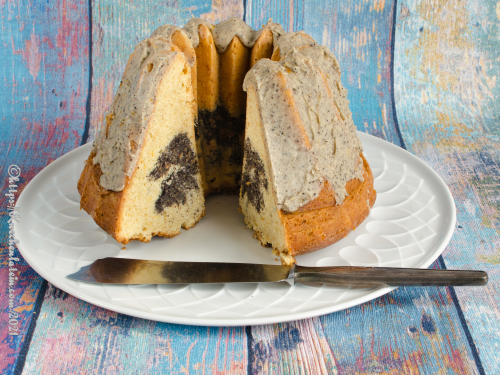 Mohn-Gugelhupf mit Glasur aus brauner Butter