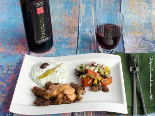 Gyros mit Metaxa-Sauce, Tsatsiki und Bauernsalat