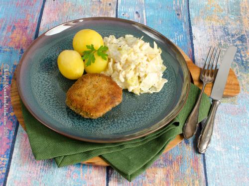 Panierte Hacksteaks mit gestovtem Spitzkohl und Kartoffeln – Krebinetter med flødestuvet spidskål og kartoffler